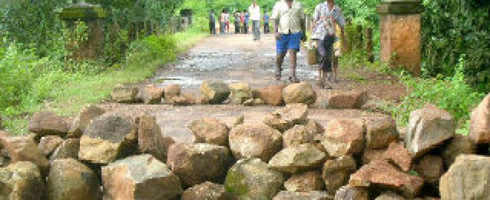 lalgarh--road blockade
